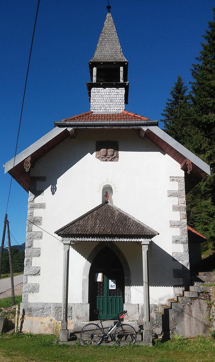 La chapelle en face de l'étang des Dames